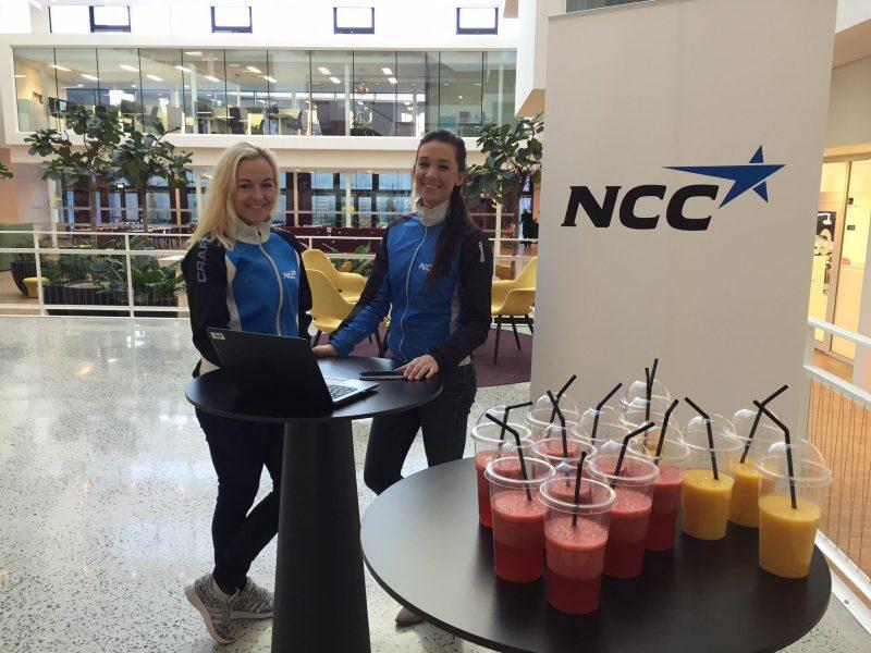 Trine og Emilie deler ut deilig smoothies til sportye syklister i Sykle-Til-Jobben-aksjonen