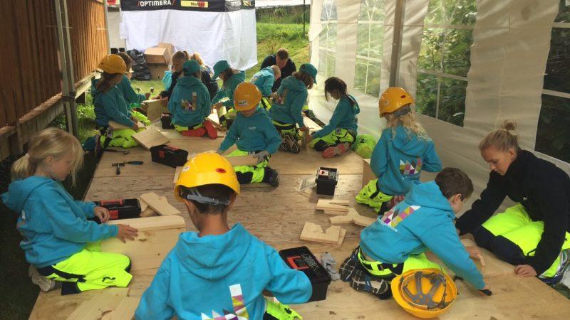 Barna er i full gang med bygging!