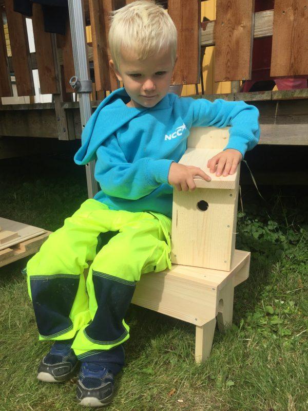 Er man effektive, får man bygget fuglekasse OG en krakk man kan sitte på mens man arbeider.
