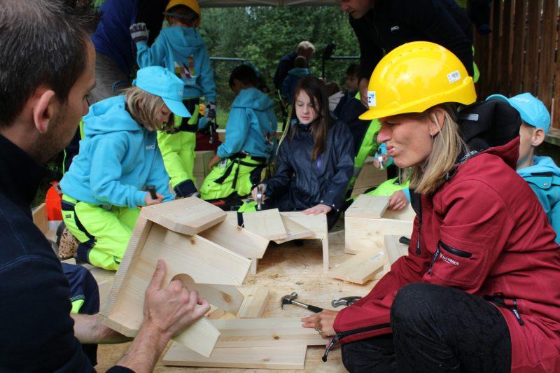 Ordfører Lene Conradi virker usikker på om hun klarer å lage en like fin krakk som barna har fått til...