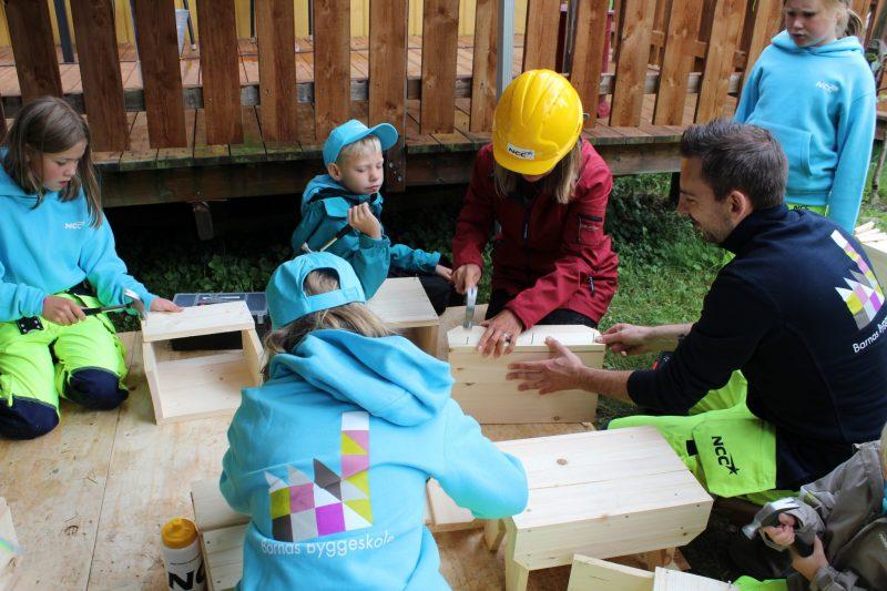 Lene Conradi er i full gang med byggingen, under nøye oppfølging av barna.