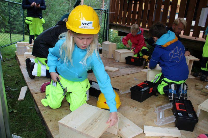 Det var full aktivitet i byggestuen i dag, 18 nye humlekasser ble til!
