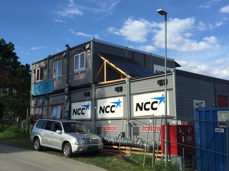 Solcellene er installert på taket til NCC-brakken.