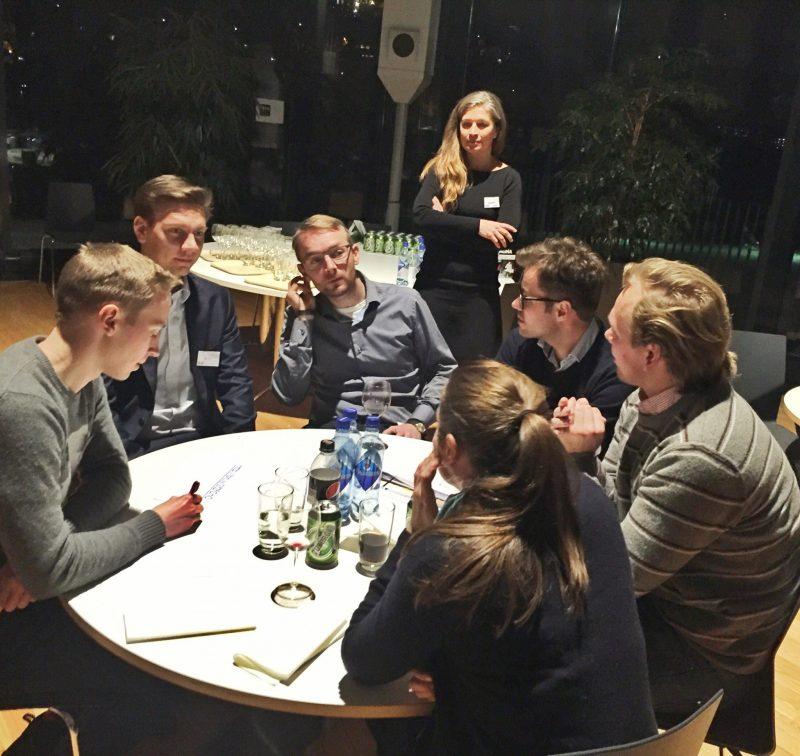 Markedssjef Lena Furuhovde i NCC lytter interessert til diskusjonen blant Nova-talentene.